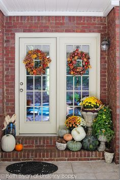 Beautiful Fall porch decor with mums and pumpkins