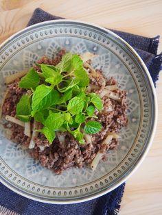 「牛挽き肉のモロッコ風炒め 」の作り方。牛挽き肉をスパイスの深みと粒マスタードの酸味、生クリームのまろやかさ、そしてたっぷりのミントが爽やかにまとめてくれます。