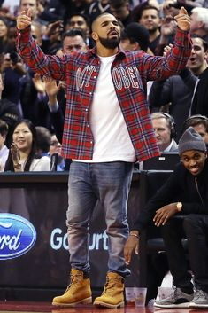 The coziest baller currently on planet Earth can make a sweatsuit look legitimately stylish, suit up with the best of them, and has the world's best coat closet. Mode Timberland, Timberland Boots Outfit, Timberlands, Mode Masculine, Drake Fashion, Mens Fashion, Timbs Outfits, Black Outfits, Drake Clothing