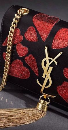 The idea of having a high quality designer bag is a dream for many. See this article on how to find the best prices on Designer handbags. New Handbags, Luxury Handbags, Fashion Handbags, Purses And Handbags, Fashion Bags, Fashion Accessories, Prada, Gucci, Red Fashion