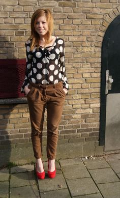 polka dot shirt + brown pants + red pumps (I liked the red and polka dot contrast very much)