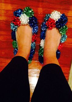 DIY bow shoes for The BEST Ugly Christmas Sweater party ideas! DIY bow shoes for The BEST Ugly Christmas Sweater party ideas! Couple Christmas, Tacky Christmas Party, Diy Ugly Christmas Sweater, Ugly Sweater Party, Winter Christmas, Christmas Decorations, Xmas Party, Tacky Christmas Outfit, Christmas Shoes
