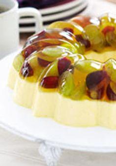 Cremoso postre de limón con uvas frescas- Este postre es ideal para una tarde. La gelatina con sabor a limón combina bellamente con las uvas frescas.