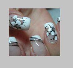 unghie-con-fiori-bianchi-e-dettagli-neri