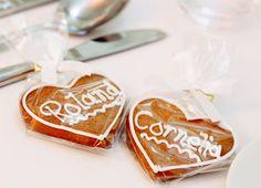 """beschriftete Lebkuchenherzen als Platzkarten auf der Hochzeit im wahrsten Sinne des Wortes eine """"süße Idee"""" ;)  Fotografie: http://www.annamcmaster.de/ http://www.festefeiern.by/"""