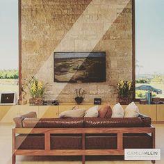 Madeira, couro e pedra são materiais que podem se complementar de forma muito harmoniosa, como no projeto acima: o living do projeto Boulevard da Grama em Alphaville.  #camilakleinarquiteta #living #saladeestar #casadecampo