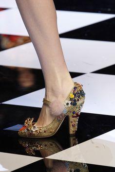 Dolce & Gabbana Fall 2016 Ready-to-Wear Fashion Show Details Dolce And Gabbana 2016, Jeweled Shoes, Beautiful High Heels, Shoe Clips, Stiletto Pumps, Dream Shoes, Fashion Week, Milan Fashion, Vogue Paris