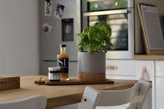 Białe szafki i krzesła w kuchni z jadalnią