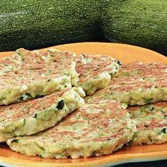 Panqueca de abobrinha @ allrecipes.com.br Vegetarian Recipes, Cooking Recipes, Healthy Recipes, I Love Food, Good Food, Vegan Kitchen, Light Recipes, Going Vegan, Food Hacks