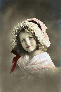 Sweet little girl wearing bonnet:    http://lilac-n-lavender.blogspot.com/2012/03/irish-blessings-free-gift-tags.html