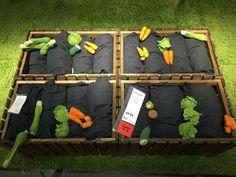 Moestuin in de klas met kussens en stoffen groenten