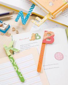 """Lesezeichen mit Buchstaben (Idee mit Anleitung – Klick auf """"Besuchen""""!) - Eine perfekte Bastelidee für Kindergruppen, bei denen bald die Einschulung ansteht - kinderleicht nachzubasteln! Bookmark Craft, Bookmarks, Textiles, Origami, Notebook, Bullet Journal, Creative, Books, Crafts"""