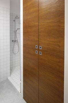 Mała łazienka – projekt z prysznicem we wnęce  - zdjęcie numer 3 Narrow Bathroom, Malaga, Tall Cabinet Storage, Furniture, Home Decor, Decoration Home, Room Decor, Home Furnishings, Home Interior Design