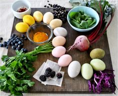 Naturally dyed eggs are very easy to make and also quite effortless. A lot of people have never used natural dyes and the number of people who imagine some Easter Egg Dye, Coloring Easter Eggs, Egg Coloring, Diy Ostern, Easter Crafts, Easter Ideas, Happy Easter, Holiday Fun, Fruit