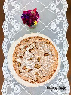 Fantastický šťavnatý koláčik plný kokosu a rebarbory, ktorý je neuveriteľne jednoduchý na prípravu.  Navyše je vegánsky a bezlepkový, avšak nikto to nespozná... Je skutočne delikátny a variabilný na výber ovocia podľa tvojej chuti! Apple Pie, Baking, Lady, Desserts, Food, Basket, Tailgate Desserts, Deserts, Bakken