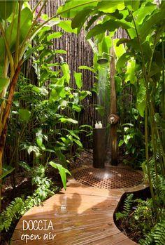 La doccia in giardino