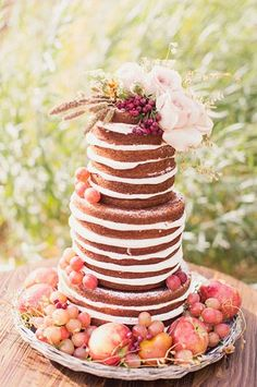 naked wedding cakes. read more -  http://www.hummingheartstrings.de/index.php/hochzeitskuchen/hochzeitstrend-naked-cakes/