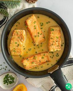 """15 mil Me gusta, 174 comentarios - Realfooding®   Recetas Sanas (@realfooding) en Instagram: """"SALMÓN A LA NARANJA 🍊🐟 ⠀⠀⠀ 📝 Ingredientes: ⠀⠀⠀ 🔸 500-600 g de salmón 🔸 1 cebolla finamente…"""" Tuna, Thai Red Curry, Salmon, Instagram, Ethnic Recipes, Food, Cooking Recipes, Ethnic Food, Cook"""