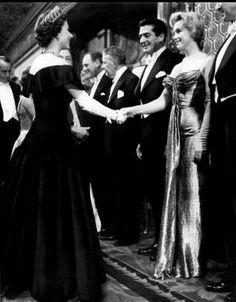 Una espectacular Marilyn Monroe, saludando a la reina Isabel, en el rodaje de la película 'El principe y la corista'.