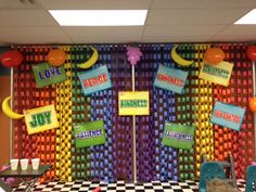 I like the wall of paper chains of different colors. Fruit of the Spirit decorations Sunday School Decorations, Stage Decorations, Preschool Decorations, Class Decoration, Sunday School Rooms, Sunday School Crafts, Vbs Crafts, Crafts For Kids, Maker Fun Factory Vbs