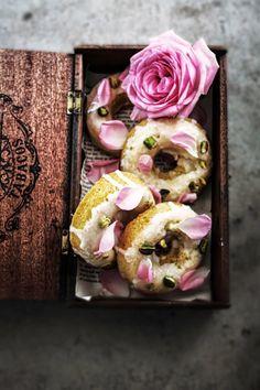 Love cake doughnuts with rose, lemon, pistachio, saffron and cardamon. Cupcakes, Cake Cookies, Cupcake Cakes, Just Desserts, Dessert Recipes, Fancy Desserts, Chocolate Caliente, Doughnut Cake, Flower Food