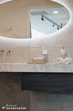 Deze marmeren badkamer oogt heel rustig door de natuurlijke kleuren die zijn gebruikt. Toch ook erg chique door de gebruikte materialen. Door de mooie witte handdoeken en luxe regendouche krijg je bijna een hotel gevoel! Showroom, Bathroom Lighting, Bathtub, Mirror, Furniture, Home Decor, Shabby Chic, Lush, Bathroom Light Fittings
