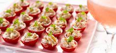 (voor ong. 50 stuks)       Snij de kerstomaatjes horizontaal in twee en hol ze uit. Kruid ze met een beetje zout en laat ze omgekeerd uitlekken op keukenpapier.      Meng garnalen en mayonaise.      Dep de binnenkant van de tomaatjes droog en vul ze op met de garnalen. Dek af en zet koel weg.      Versier met peterselie voor het opdienen.   Tip:  Het uithollen van de tomaatjes gaat heel gemakkelijk met een aardappelboor.