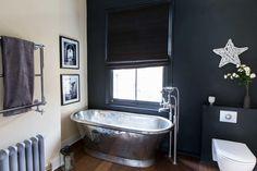 Salle de bain avec tuyauterie et baignoire en métal