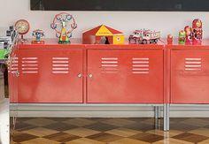 Apesar de ser um modelo para ambientes de trabalho, o armário de ferro seduziu a artista plástica Ludivine Duflos por causa da cor. O móvel expõe a coleção de brinquedos antigos