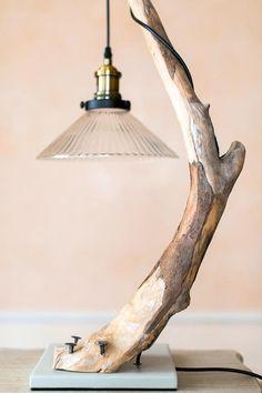 Treibholz Lampe mit Lampenschirm aus Glas. Wohnkultur.