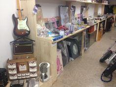 En nog veel meer decoratie gitaars stickers woonaccessoires kom langs bij de kooppleinwinkel in harlingen