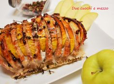 L' arrosto di maiale con mele è un secondo piatto molto semplice sia per gli ingredienti che per preparazione. Arista di maiale,mele,pepe e del vino bianco.