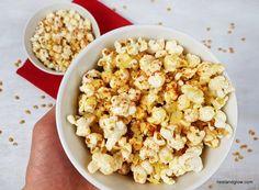 Cheesy Vegan BBQ Popcorn Healthy Recipe (Dairy and Gluten Free) - Nest and Glow Vegan Popcorn, Healthy Popcorn, Homemade Popcorn Recipes, Snack Recipes, Healthy Recipes, Pop Corn, Vegan Treats, Vegan Vegetarian, Bbq