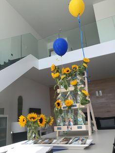Communie outdoor decorations tent gerbera flessen sunflowers, zonnenbloem, branches  party tent color butterfly's, centerpiece blue yellow geel blauw childeren kids lentefeest