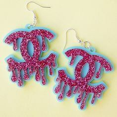 Here are some very cool and very sparkly Chanel-style inspired drippy earrings we mde for @fatfemmefabulous! Perfect for the weekend (or a normal weekday if you're anything like us). email us at blackheartcreatives@gmail.com for custom pieces!  #plexiglass #acrylic #perspex #blackheartcreatives #lasercut #custom #bespoke #lasercutjewellery #statementjewellery #smallbusiness #laser #plasticfantastic #plasticjewellery #lasercutjewelry #statementjewelry #etsyuk #etsy #handmade #wordwideshipping…