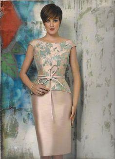 Conjunto 2 piezas colección Rose Cotillard de Nacho Bueno. Top de mikado color rosa y tul bordado en flores azules, falda mikado rosa. Cinturón piel