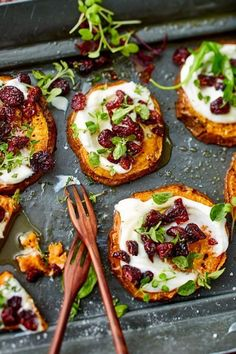 Baked sweet potato slices- Überbackene Süßkartoffelscheiben When sweet potato slices out of the oven with creamy goat cheese cream and be topped, then there is no stopping! In addition a crisp salad. Chicken Salad Recipes, Healthy Salad Recipes, Comidas Pinterest, Baked Sweet Potato Slices, Baked Potato, Menu Dieta, Sliced Potatoes, Butter Chicken, Italian Recipes