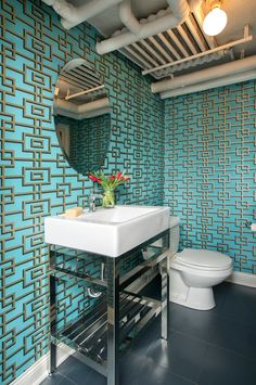 Дизайн интерьера туалета: 85 больших идей для маленького помещения (фото) http://happymodern.ru/interer-tualeta-75-foto-idej/ Бирюзовые обои в интерьере туалетной комнаты придадут ее дизайну яркости и свежести
