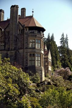 Cragside House in Northumberland is the first house in the world to be lit by hydroelectricity! English Manor Houses, English Cottages, English Heritage, English Countryside, Beautiful Landscapes, Britain, Places To Visit, Castle, England