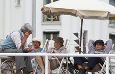 Enkele figuranten voor de opnames in Nice.