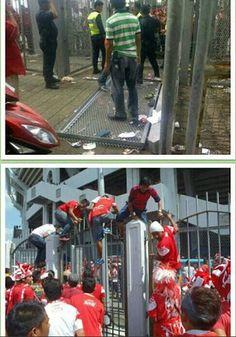 Gambar Pintu Pagar Bukit Jalil Roboh Angkara Penyokong Kelantan