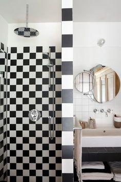 Une petite salle de bains graphique et chic