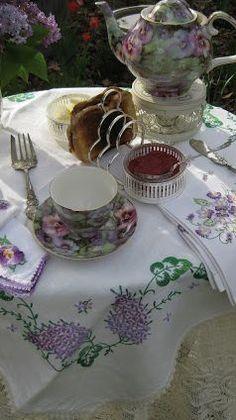Vintage tea in the garden…(via pinterest)