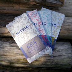 °° Made by Cg °°  Projet : création de l'identité visuelle de MITSIO ; première étape : étuis de chocolats de Madagascar.  MITSIO une entreprise qui a une démarche de commerce équitable, elle s'adresse à des coopératives de producteurs, bio ou raisonnées, provenant de Madagascar. Plus d'infos sur : www.cggraphicdesigner.com