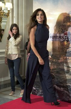 That time her jumpsuit was the baddest on the block. 27 Times Penélope Cruz Crushed The Red Carpet Gamine Outfits, Red Pantsuit, Slacks Outfit, Gamine Style, Structured Dress, Business Chic, Flamboyant, Brown Hair Colors, Red Carpet Looks