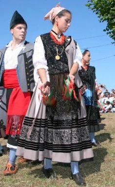 TRAJE REGIONAL ASTURIANO Spanish Costume, Asturias Spain, Folk Clothing, Cultural Diversity, Ethnic Fashion, Folklore, Regional, Traditional Outfits, Culture