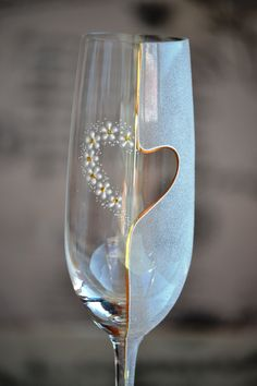 Hand painted toasting glasses, wedding champagne flutes, decorated with gold and flowers - Set of 2 wedding glasses Champaign Glasses, Wedding Toasting Glasses, Wedding Champagne Flutes, Decorated Wine Glasses, Painted Wine Glasses, Wine Glass Crafts, Wine Bottle Crafts, Painting Glass Jars, Glass Engraving