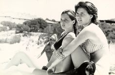 Isabella Rossellini e la sorella Isotta Ingrid in spiaggia in Sardegna con il loro cane bassotto, negli anni Sessanta.