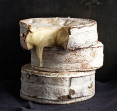 Vacherin, the most delicious cheese in existence & only in season during Autumn & Winter. Bake whole in the oven & eat with crusty bread. Think Food, Love Food, Feta, Fromage Cheese, Camembert Cheese, Cuisine Diverse, Tasty, Yummy Food, Healthy Food