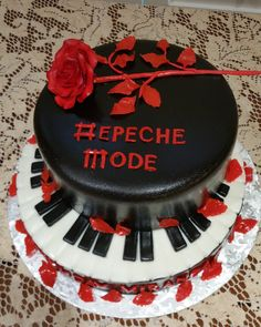 This is such a cool cake, I want one 😎 Cake Cookies, Cupcake Cakes, Mode Logos, Dm Logo, Music Themed Cakes, Piano Cakes, My Favorite Music, My Favorite Things, Teen Cakes